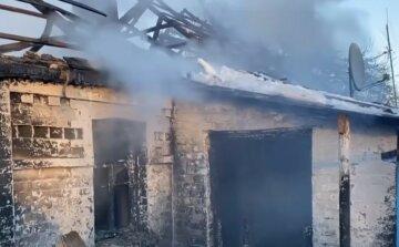 """Вогонь охопив будинок з багатодітною родиною на Вінниччині, кадри: """"У диму знайшли..."""""""