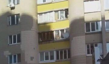 ЧП в Киеве: человек вылез на балкон и пригрозил спрыгнуть, на место срочно съехалась полиция
