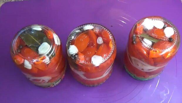 """Рецепт маринованных помидоров, которые украсят любой стол: """"легко и быстро"""""""