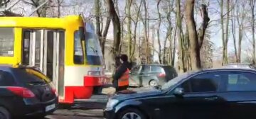 Чиновники на дорогих авто заблокировали движение трамваев в Одессе: возмутительное видео