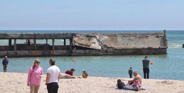 Впав у море: на пляжі в Одесі обвалився пірс, відео лиха