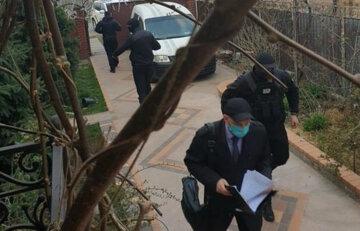 Люди в масках увірвалися в будинок відомого міністра, перші фото: «звинувачував Зеленського у зломі держави»