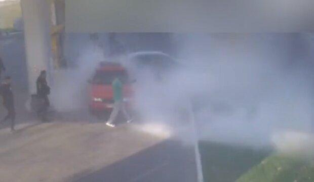 В Одесі авто влетіло в заправку, все в диму: момент ДТП потрапив на відео