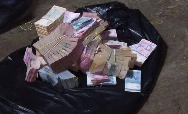 Лежав в туалеті: набитий грошима пакет виявили в мерії Одеси