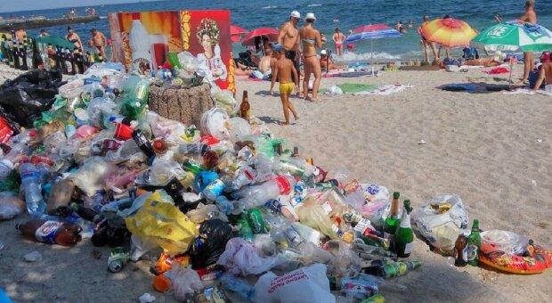 Відпочивальники перетворили знаменитий пляж Одеси у смітник: кадри неподобства