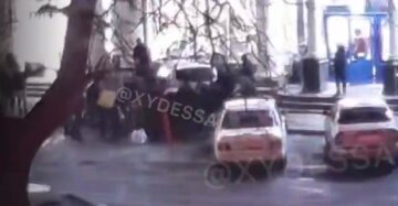 """""""Діставали з-під коліс"""": поліцейське авто знесло пішохода на тротуарі в центрі Одеси, відео аварії"""