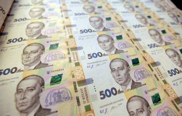 Українці масово виводять гроші з країни: що відбувається