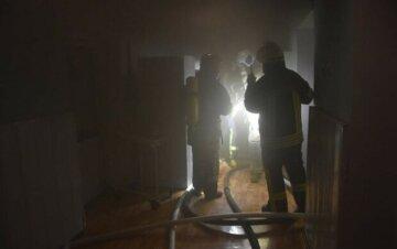 В Киеве пламенем охватило многоэтажку, не обошлось без жертв: детали с места трагедии