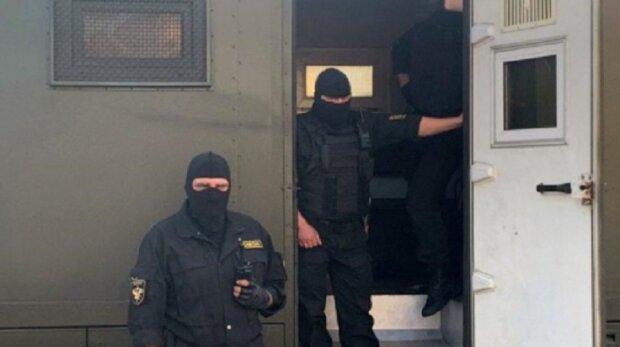 """""""Що ти плачеш, тварино?"""": Звірства білоруських ОМОНівців зняли на відео"""
