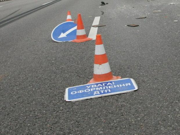 У Харкові евакуатор протаранив ряд дорогих авто: кадри інциденту