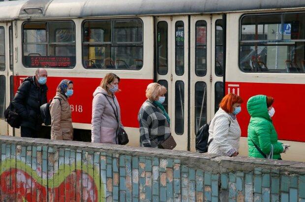 люди в масках на улице, трамвай, карантин, транспорт