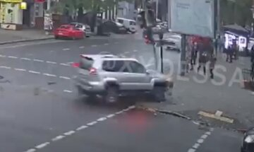 В центре Одессы внедорожник  отбросило на  тротуар, люди разлетелись по сторонам: момент ДТП попал на видео