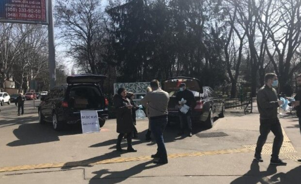 Одесситам устроили бесплатную раздачу масок прямо на улице: видео