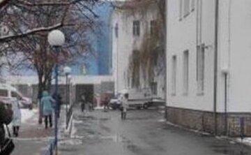 """""""Так і не дочекався допомоги"""": у Києві під лікарнею лежить тіло людини, кадри трагедії"""