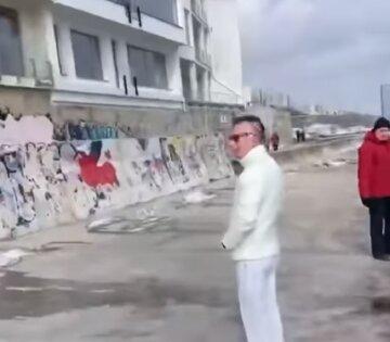 """На одеському пляжі відходи злили в море, відео: """"Не дарма вся Аркадія смердить"""""""