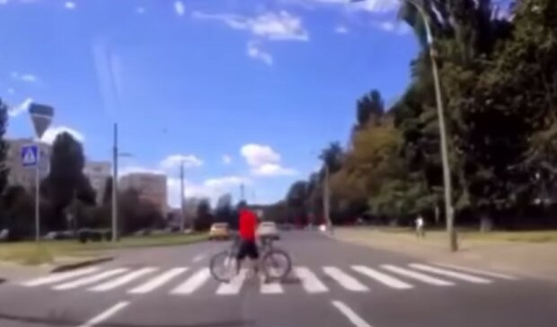 Дети устроили опасные развлечения на дороге в Киеве, появилось видео: может закончиться трагедией