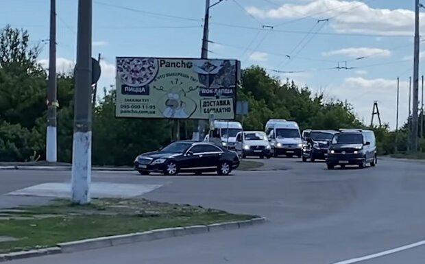 Перекрыли дороги: Зеленский посетил Славянск с кортежем из десятка авто, видео