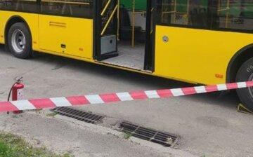 Коктейль Молотова жбурнули в тролейбус людьми в Києві, є постраждалі: фото з місця
