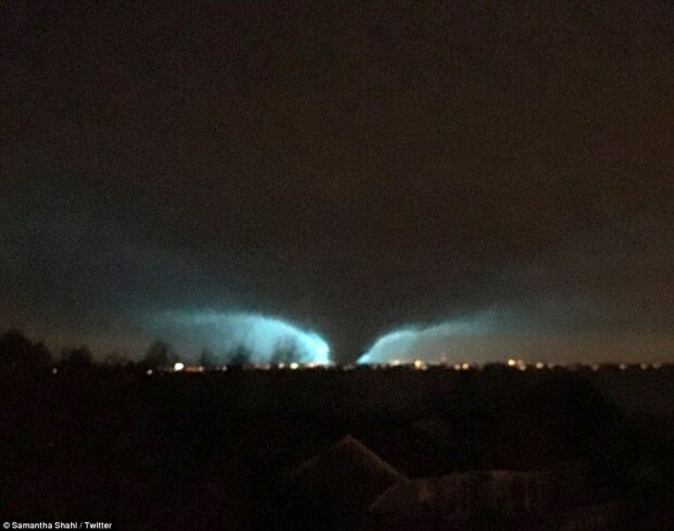 Сеть покорил сверкающий молниями торнадо (фото)