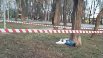 В сквере Одессы нашли тело человека, всё оцеплено: кадры с места трагедии
