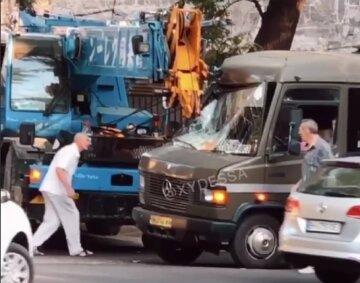 В Одесі автокран пробив стрілою маршрутку, забиту пасажирами: кадри аварії