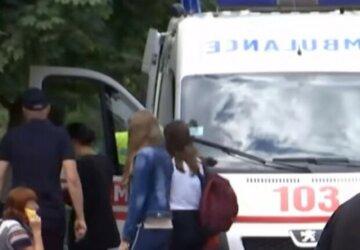 """В Одессе неадекват """"вырубил"""" человека на улице, а после добивал ногами: кадры от очевидцев"""