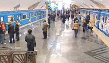 """В киевском метро люди стоят друг у друга """"на головах"""", что происходит: """"очередь образовалась еще до входа..."""""""