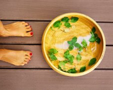 woman-next-to-bowl-with-soak-for-foot-detox