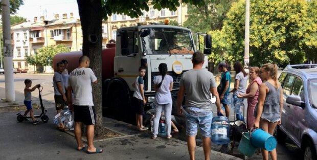 """Відключення води обернулося колапсом в Одесі, жителі в гніві: """"Це неподобство"""", відео"""