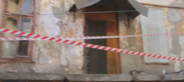 Черговий будинок розвалюється в центрі Одеси, жителів евакуюють: відео з місця НП