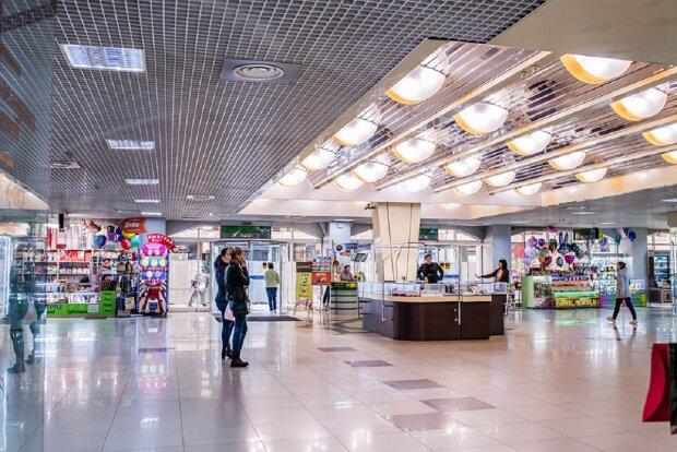 """В Одессе подростки совершили налет на торговый центр, фото: """"прятали в рюкзаках"""""""