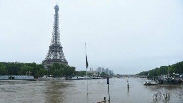 Двоповерховий автобус врізався в міст у Парижі: перші подробиці (фото, відео)