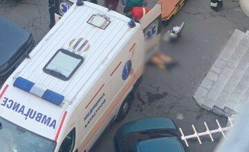 """Українець впав на машину швидкої з 7-го поверху, кадри: """"До цього побив сестру"""""""