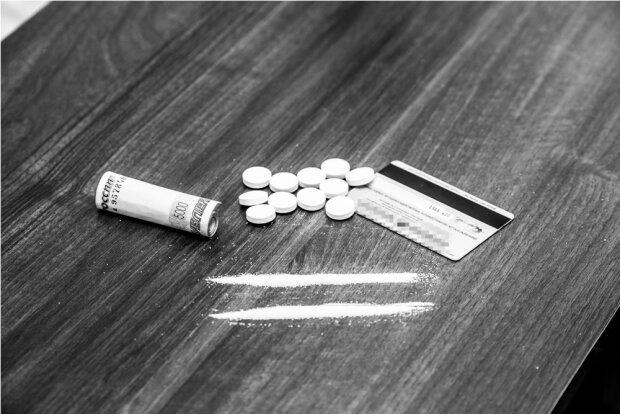 Полицейские предлагали гражданину выгодный наркобизнес (фото)
