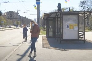 зупинка, люди в масках на вулиці
