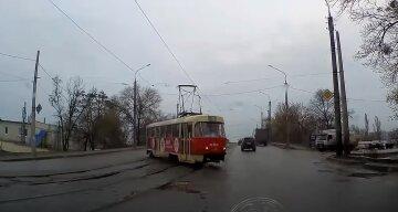 """Трамвай сошел с рельсов и едва не зацепил авто: видео """"дрифта"""" в Харькове"""