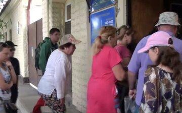 """Обездоленные крымчане массово ринулись за украинскими паспортами: """"Тут все рухнуло"""""""