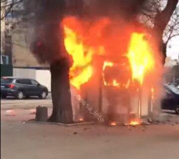 """Огненное ЧП на остановке в Одессе, видео пожара: """"сгорел дотла"""""""