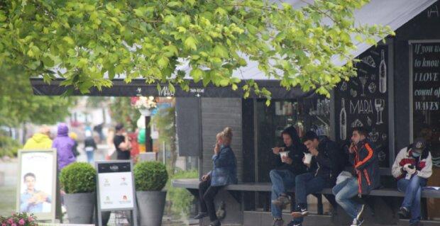 """Натовпи людей штурмують кафе і ресторани в Одесі, фото: """"Дощ і карантин не перешкода"""""""