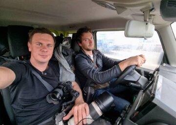 """Комаров з """"Світ навиворіт"""" без дружини засвітився в компанії дівчат в Карпатах: несподівані кадри"""