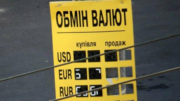 Доллар бьет рекорды, НБУ огорошил украинцев новым курсом валют: что будет с гривной