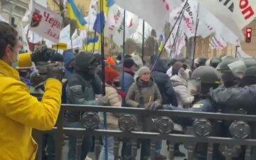 Українці збунтувалися під Радою, сталися сутички з поліцією: кадри з місця події