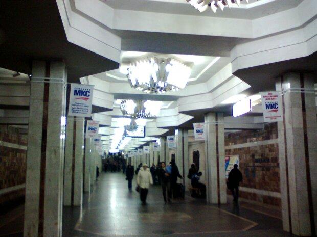 ЧП в метро Харькова: мужчина атаковал людей, инцидент попал на камеру