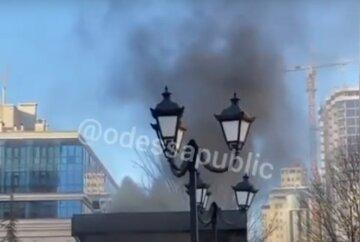Пожар охватил ресторан в Одессе, клубы черного дыма видны издалека: видео ЧП