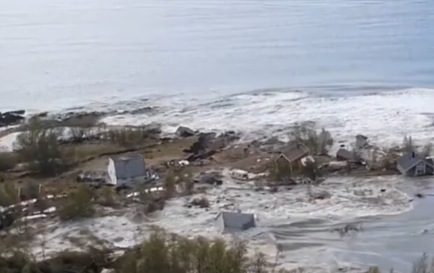 Масштабний зсув змив у море частину міста: «будинки і машини плавають у воді», кадри НП