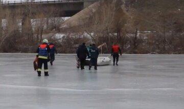 Под Киевом рыбаков унесло на льдине на полтора километра: кадры и подробности с места