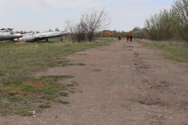 На Харківщині закинули аеродром, літаки розтягують на частини: неймовірні кадри