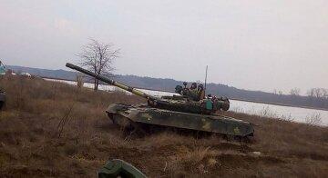 На юге Украины слышна стрельба, в ход пошли танки: фото и подробности
