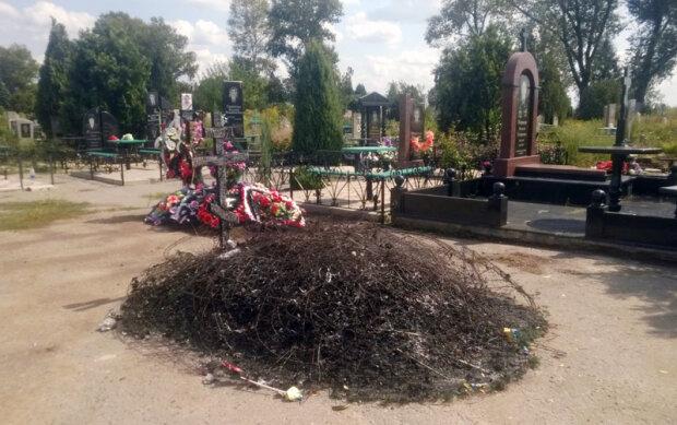 Нелюди сожгли могилу воина АТО (фото)