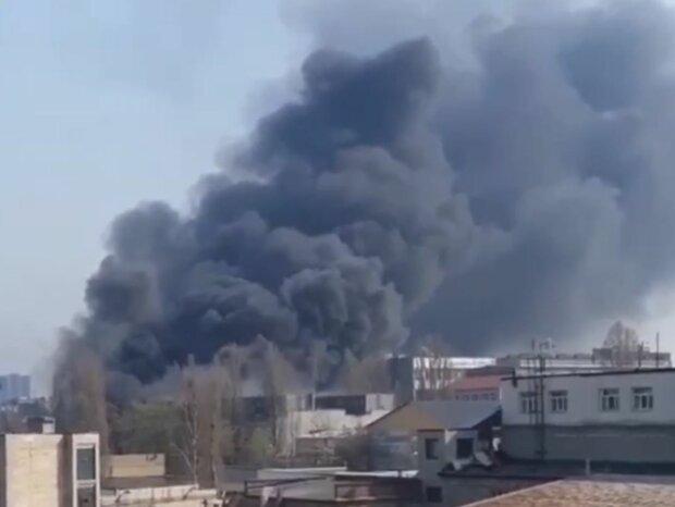 Вогняна НП у Києві, чорний дим оповив житлові будинки: кадри від очевидців